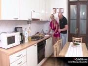 Mami mit Monstertitten vernascht jungen Handwerker in der Küche