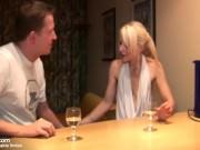 Magersüchtige Dünne Blondine hat geilen Sex in der Küche